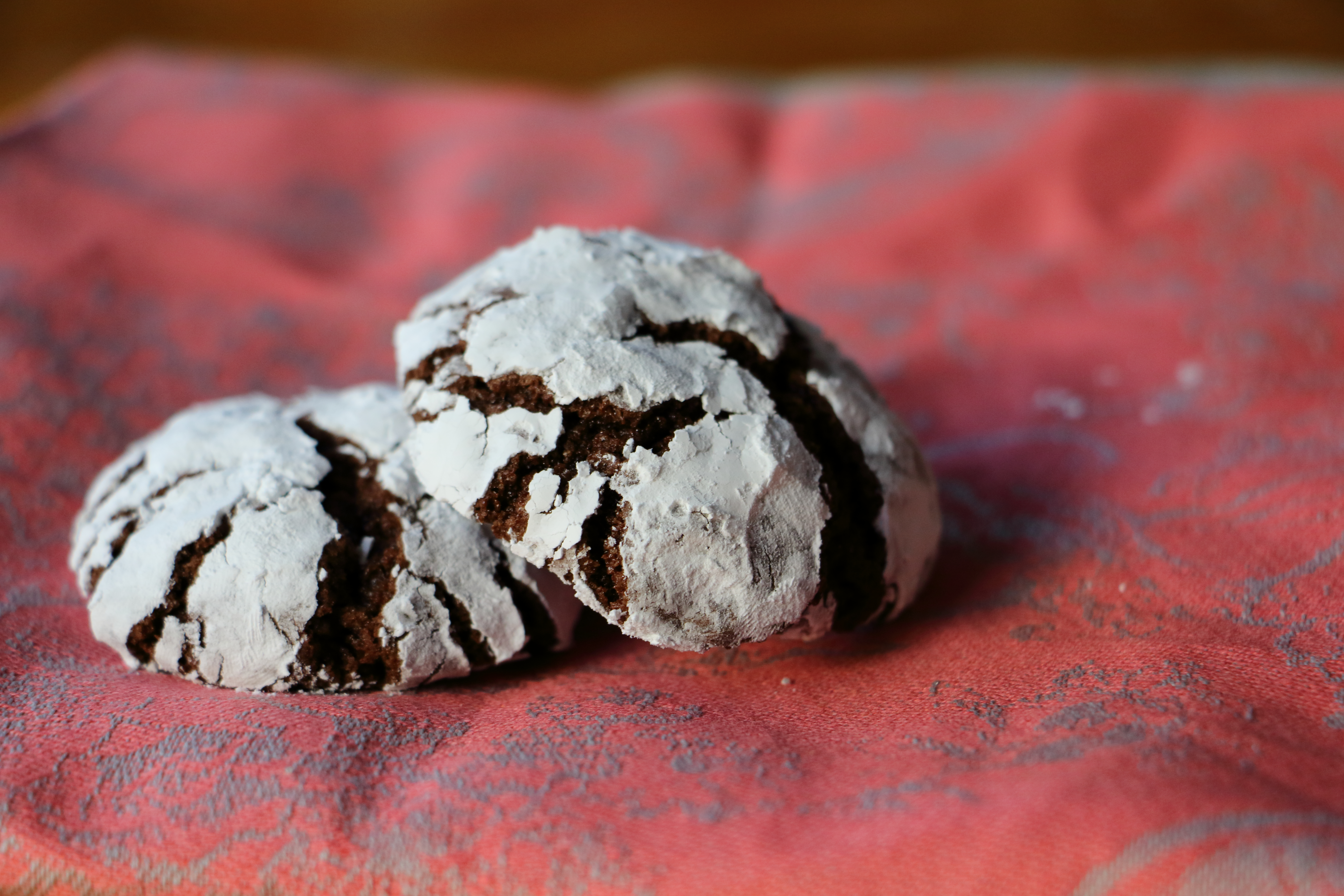 Chocolate Crinkle Cookie! These easy to make cookies combine the chewiness of a brownie with a crisp cookie. SO easy and delicious!